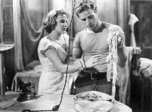 """Фильм """"Трамвай """"Желание"""""""" принес Брандо номинацию на """"Оскар"""" и известность по всему миру. А к середине 50-х Марлон стал подлинным секс-символом десятилетия."""