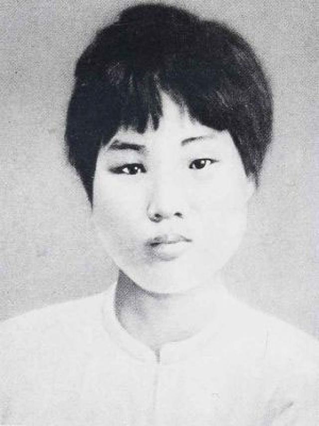 О первой жене китайского лидера известно очень мало. Жениху было 14 лет, а невесте 18. Молодожены приходились друг другу дальними родственниками, а брак был организован их отцами.