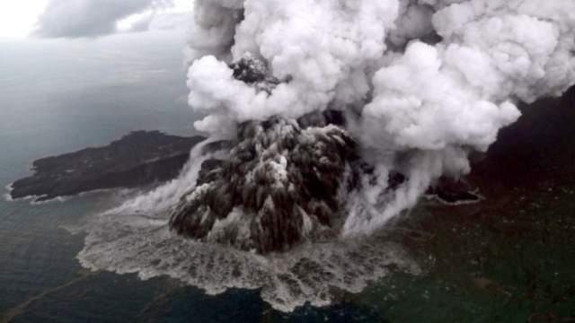На мелководье волна вырастает до десяти-пятнадцати метров в высоту и бросается на землю, унося с собой как людей, так и огромные строения. Данный снимок, к примеру, сделан в Индонезии, где на минувшей неделе погибли около 400 человек.