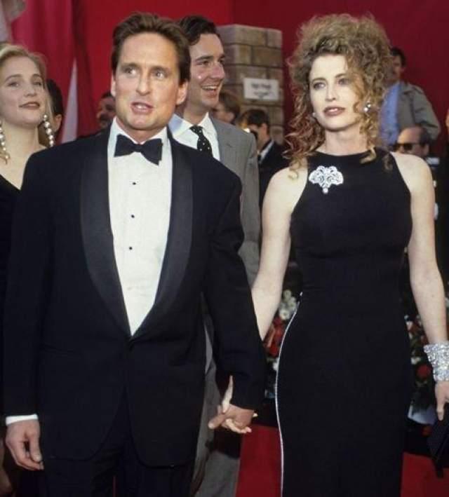 23 года провел американский актер в браке с дочерью австрийского дипломата Диандрой Лукер. Когда девушка выходила замуж за голливудскую знаменитость в 1977 году, ей было всего 19 лет, ее избраннику - 33 года. На фото: Майкл Дуглас и Даандра Лукер в 1988 году