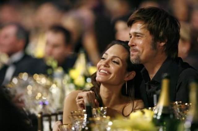 Общественность сразу окрестила Анджелину разлучницей, но многодетная пара была вместе больше 10 лет, а ее материальное состояние оценивалось в 440 миллионов долларов.