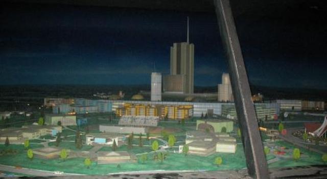 EPCOT, рассчитанный на 20.000 жителей, имел радиальную планировку. В центре – отель в 30 этажей и бизнес-парк, вокруг них – общественные здания, школы и развлекательные комплексы, по периметру – спальные районы.