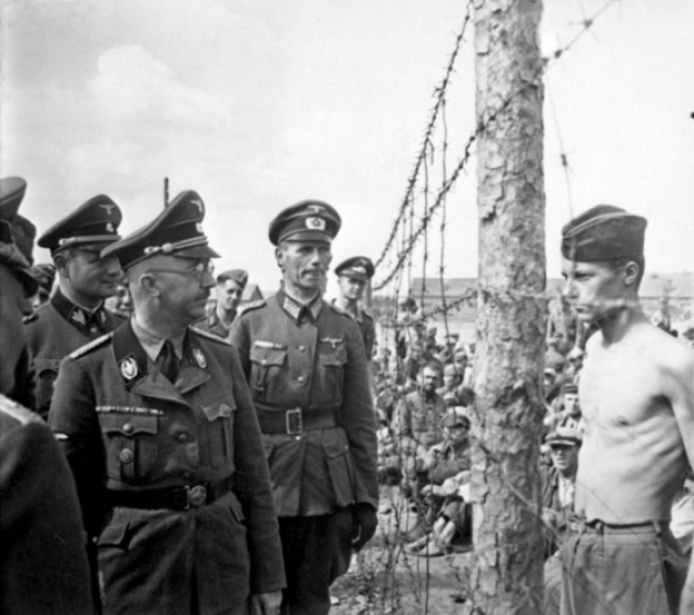 Солдат Гораций Грисли противостоит Хайнриху Гиммлеру во время осмотра лагеря, в котором он был заключен.