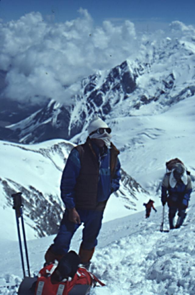 Сошла лавина, по характеру похожая на мощнейший обвал. Обрушился громадный массив снега и льда. Его ширина по фронту достигла 1,5 километра , а масса – много миллионов тонн.