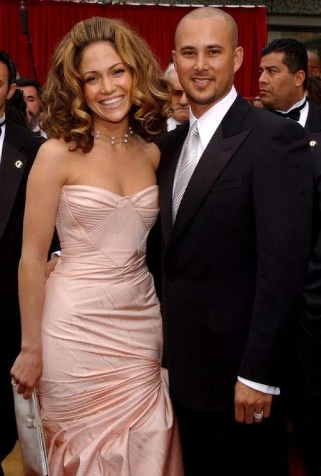 Молниеносная Лопес влюбилась и вышла замуж за парня из своей подтанцовки Криса Джадда. Их брак длился недолго, в 2002 они уже развелись.