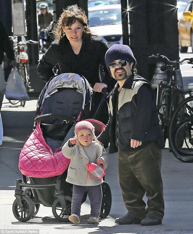 Динклэйдж – вегетарианец, пропагандирующий этот образ жизни. Женат на Эрике Шмидт, в 2011 году у них родилась дочь Зелиг.