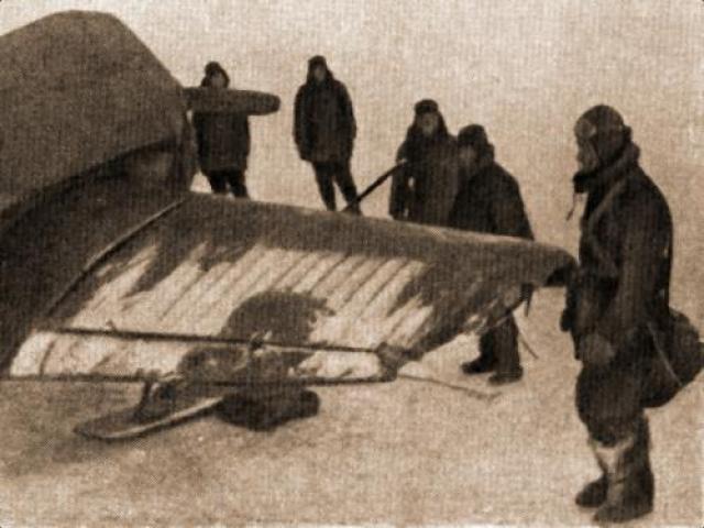Яков Михин с обломанной плоскостью сумел дотянуть до аэродрома и благополучно посадил свой самолет. На фото: летчик Михин у своего моноплана после посадки на полевом аэродроме