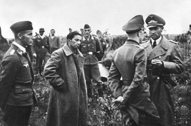 """Его сестра вспоминала: """"Зимой 1943-44 года, уже после Сталинграда отец вдруг сказал мне в одну из редких тогда наших встреч: """"Немцы предлагали обменять Яшу на кого-нибудь из своих… Стану я с ними торговаться! Нет, на войне как на войне""""."""