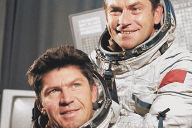 Однажды космонавты Ляхов и Рюмин смогли пронести в карманах скафандров на орбиту огурец и апельсин. В сеансе связи с Землей они показали этот огурец, якобы выросший в станционной оранжерее, где до этого растение даже не давало завязи. Космонавты быстро сознались, показав и апельсин.