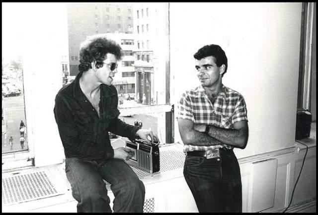 Лу Рид (слева), один из основателей и лидер рок-группы The Velvet Underground) и Ронни Кутрон (справа), американский художник, творивший в стиле поп-арт.