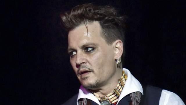 """Кстати, и без этого у Деппа хватает проблем. На днях он косвенно подтвердил слухи о своей таинственной болезни, когда отменил все пресс-конференции, запланированные на время его тура с рок-группой """"Голливудские вампиры""""."""