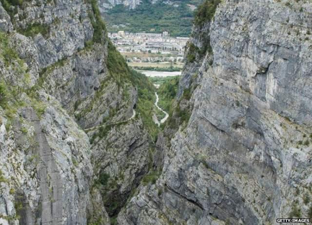 Проект строительства ГЭС на небольшой горной речке Вайонт был разработан еще в 1920-е при режиме Муссолини, однако его реализация по разным причинам стала возможной лишь после окончания Второй мировой войны. На фото: вид с гребня плотины на долину Пьяве и городок Лонгароне