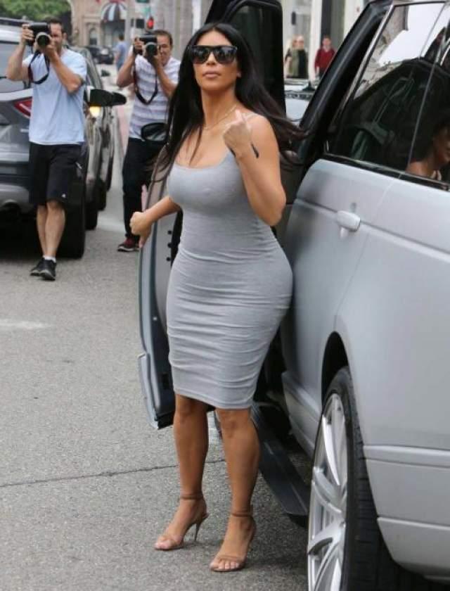 Беременная телезвезда Ким Кардашьян-Уэст (38) не изменяет своему фирменному стилю в одежде - ее наряды должны быть максимально облегающими и откровенными.