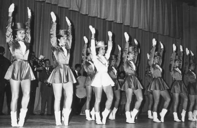 """Девушки стали танцевать обнаженными по 35 человек на одной сцене в режиме """"нон-стоп""""."""
