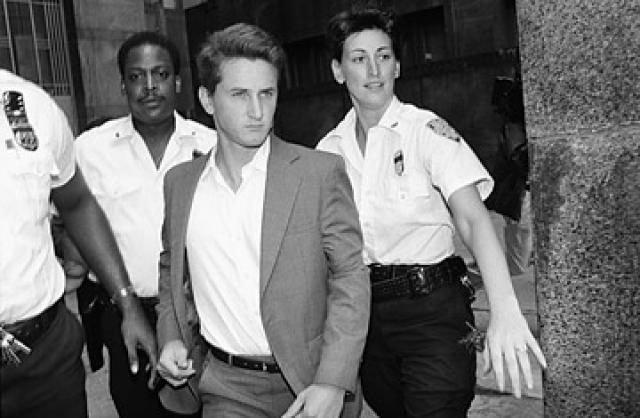 Когда он ослаб и уснул, Мадонна освободилась от проводов и без промедления поехала в полицейский участок.