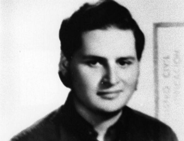 В июле 1966 года Ильич получил степень бакалавра, а в августе мать, опасаясь растущего уровня насилия и политической нестабильности в Венесуэле, переезжает с детьми в Лондон.