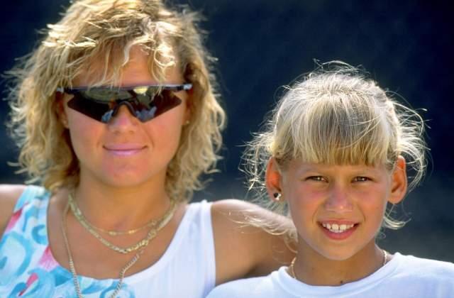 В 1991 году Анна вместе с матерью переезжает в Штаты, где тренируется у лучших мастеров мира. Тогда же она получила стипендию теннисной академии Ника Болетьери во Флориде, ну а про Цинциннати мы уже упоминали в истории с Сафиным.