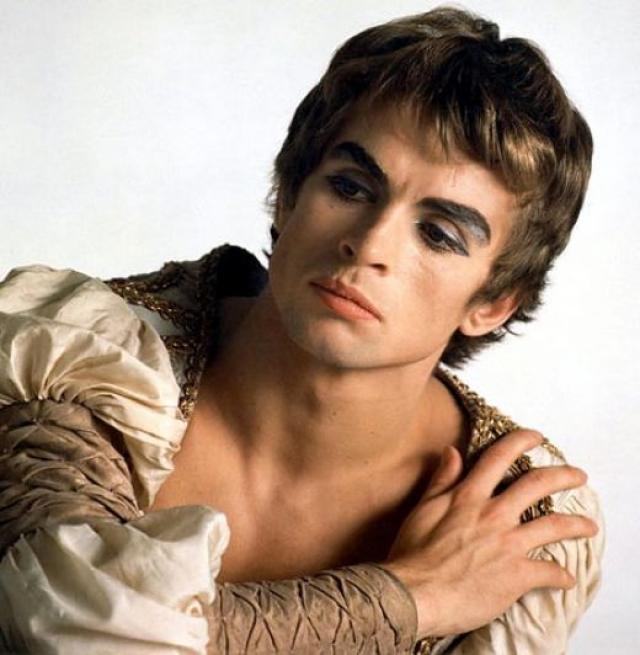 Сразу же был принят в Королевский балет Лондона, звездой которого был 15 лет. Позже работал директором балетной труппы парижского Гранд-опера. В последние годы был дирижером. Собрал роскошную коллекцию произведений искусства.