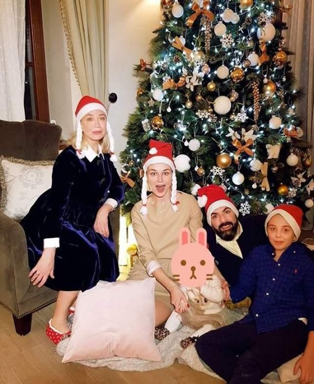 Полина Гагарина поделилась семейным фото под елкой, правда, лицо дочки предпочла скрыть.