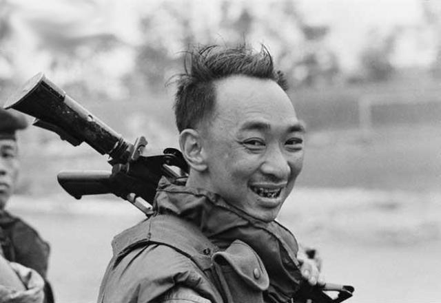 Возле входа они увидели бригадного генерала Нгуен Нгок Лоана. Шеф южновьетнамской полиции заслушивал доклады подчиненных. Один из офицеров рассказал о том, что им удалось задержать активиста Народного фронта освобождения Южного Вьетнама.