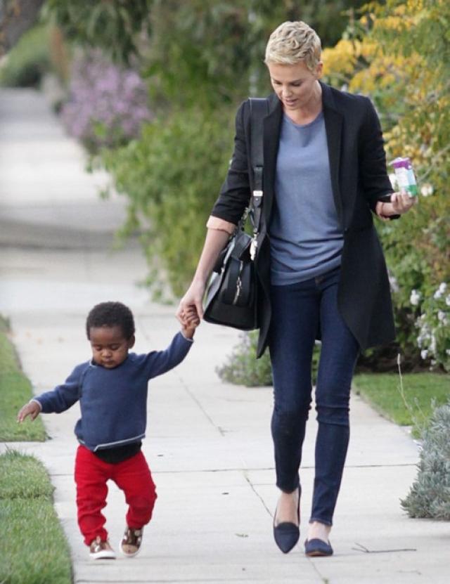 Шарлиз Терон. Актриса намеренно решила стать матерью-одиночкой: в марте 2012 года Шарлиз усыновила мальчика из ЮАР, которого назвала Джексон.