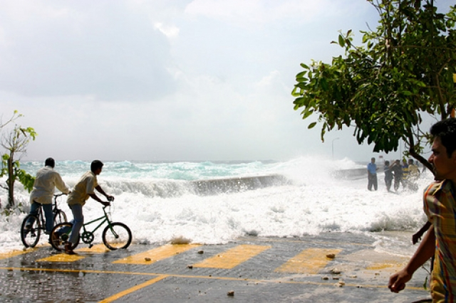 Первый человек погиб еще до того, как волна захлестнула берег. Британский турист вышел на пляж полюбоваться восходом солнца и ... умер от инфаркта, увидев вздыбившуюся у рифов гигантскую стену воды. Волна унесла в море 109 человек. Треть отелей были разрушены полностью или, по крайней мере, сильно повреждены.