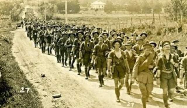 Три члена новозеландского полка, ясно видели, как батальон Королевского Норфолкского полка прошел склон в заливе Сувла, в Турции. Холм был покрыт низким облаком, в которое английские солдаты вошли без колебаний. Из него, они больше никогда не вышли.