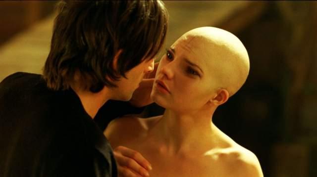 """Дэльфин Шенаек """"Химера"""" Можно только пытаться представить, какую радость и воодушевление испытывает девушка, когда ей предлагают роль в кино. Однако если сыграть тебе приходится не принцессу и не красавица, а жуткое порождение генной инженерии, поневоле задумаешься - браться ли."""
