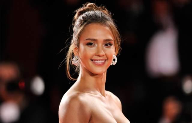 Еще в 2008 Альба вышла замуж за актера Кэша Уоррена. В конце 2017 года актриса третий раз стала мамой.