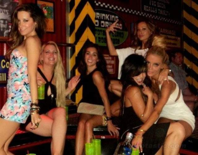 Здесь Ванесса в компании модели Эшли Тисдейл и подруг отрывается в одном из клубов Мексики.
