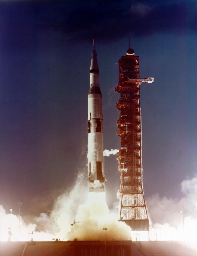 """Некоторые сторонники теории заговора считают, что ракета """"Сатурн-5"""" никогда не была готова к запуску, поскольку все предыдущие испытания заканчивались неудачно."""