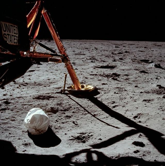 Первая фотография, сделанная Нилом Армстронгом на Луне.