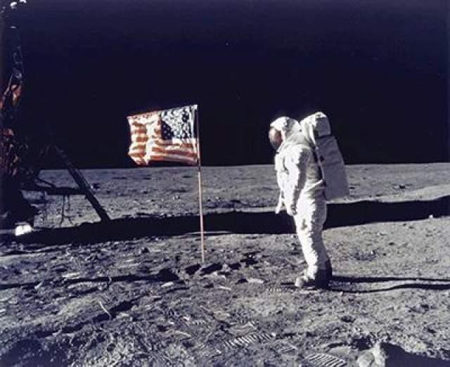 Первый человек, ступивший на поверхность Луны, - Нил Армстронг, 20 июля 1969 года