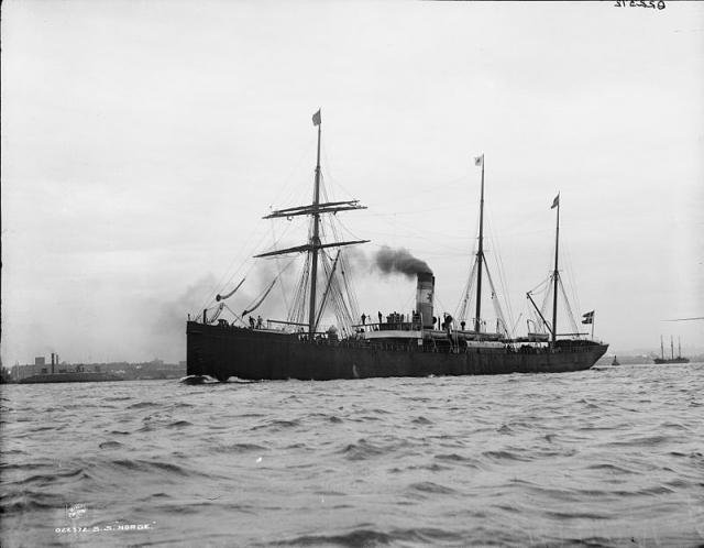 """Пароход """"Norge"""" вместимостью 3220 регистровых тонн был построен в 1881 году в Шотландии на реке Клайд судостроительной компанией """"Александр Стефан и сыновья"""" для фирмы """"Дет Форенеди""""."""