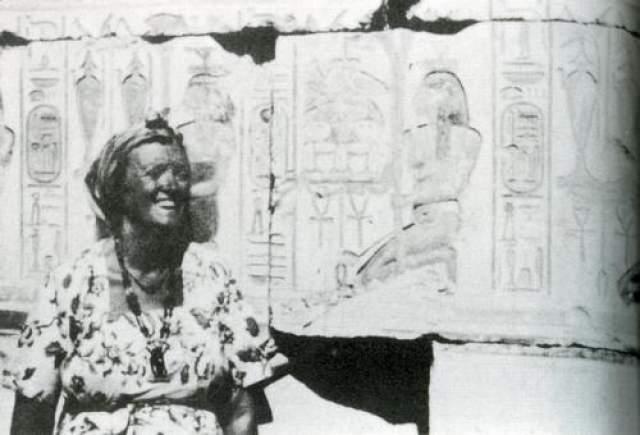 Во время обычной прогулки по Британскому музею, родители впервые заметили странности в поведении дочери. Как только они оказались в комнате музея, посвященной Древнему Египту, Дороти замерла.
