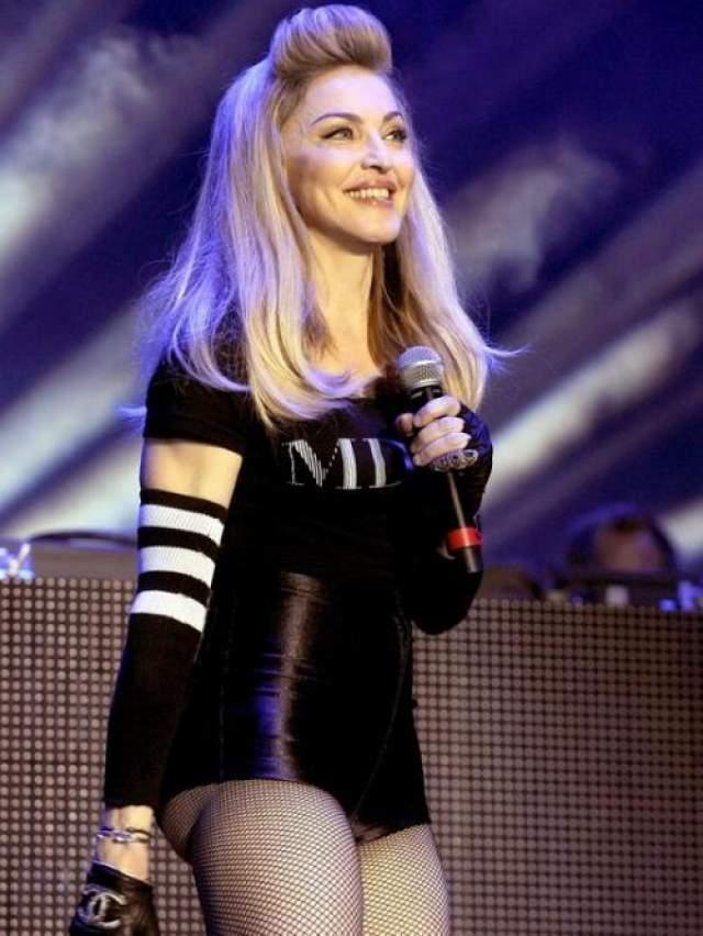 Мадонна в откровенных кожаных шортах.