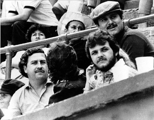 Летом 1977 года Эскобар и ещё трое крупных наркоторговцев, объединившись, создали организацию, которая стала называться Медельинским кокаиновым картелем. У него была самая мощная финансово-кокаиновая империя, которой не было ни у одной наркомафии мира. Для доставки кокаина у картеля была и сеть распространения, и самолёты, и даже подводные лодки.Картель действовал на протяжении 17 лет в Колумбии, Боливии, Перу, Гондурасе, США, Канаде и Европе. На фото: во главе картеля стояли братья Очоа Васкес Хорхе Луис (справа в шляпе), Хуан Давид и Фабио вместе с Пабло Эскобаром (слева)