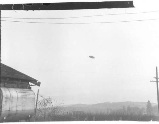 """Макминнвилл, Орегон, 1950. 8 мая 1950 года некая миссис Трент заметила НЛО вблизи своего дома и позвала своего мужа. Пол Трент успел сделать фотографию """"летающей тарелки, которую затем опубликовала местная газетенка. Снимок обрел известность, появившись 26 июля 1950 года на страницах журнала Life& Многочисленные проверки со стороны ряда экспертов доказали его подлинность."""