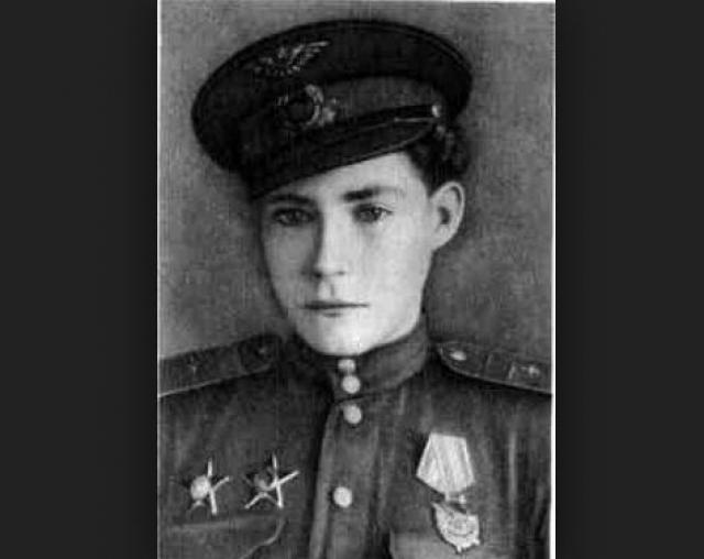 Сначала Аркадий работал механиком по спецоборудованию в эскадрилье связи штаба 5-го Гвардейского штурмового авиакорпуса. Затем на двухместном самолете связи У-2 начал летать в роли бортмеханика и штурмана-наблюдателя.