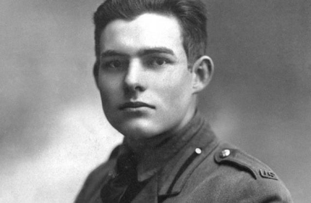 Хемингуэй хотел служить в армии, однако из-за плохого зрения ему долго отказывали. Но он все-таки сумел попасть на фронт Первой мировой войны в Италии, записавшись шофером-добровольцем Красного Креста.