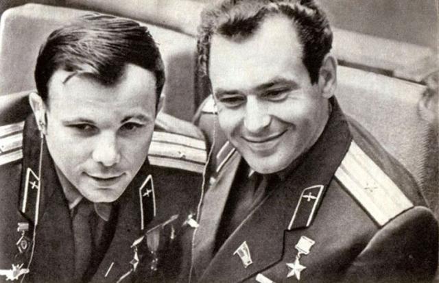 В космос Гагарин полетел старшим лейтенантом, а вернулся уже майором. По свидетельству сына генсека, Сергея Никитича, когда стало ясно, что полет удался, Хрущев обеспокоился тем, что у первого космонавта Земли такой маленький чин и велел исправить положение.