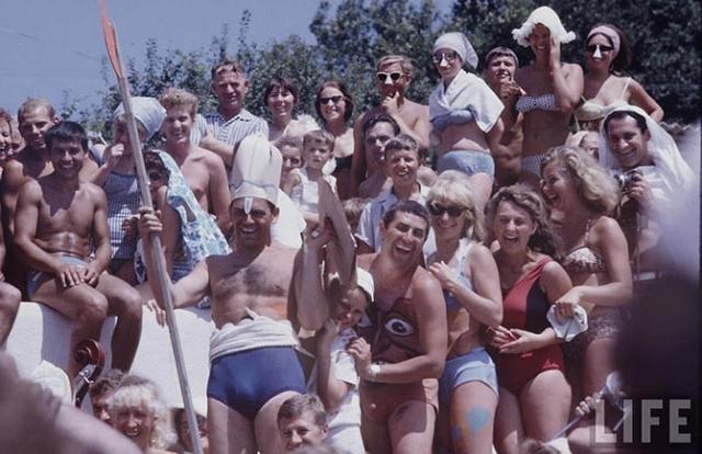 Советская молодежь на пляже.