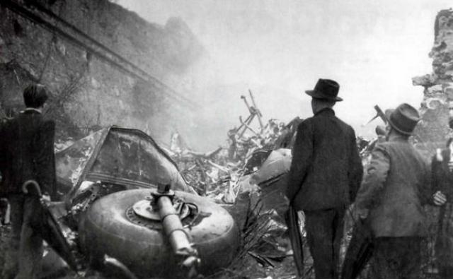 """Самолет возвращался из Португалии, где итальянская команда встречалась с """"Бенфикой"""", когда задел крылом холмик Суперга."""