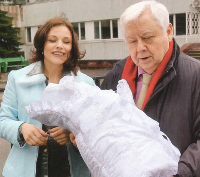Марина Зудина - родила второго ребенка в 40 лет. Вдова Олега Табакова еще при его жизни рассказывала, как они хотели детей. Поэтому после появления старшего сына хотели сразу же родить второго ребенка, но не получалось.