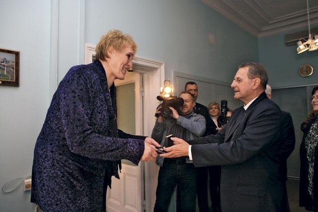 Рост - 210 см. Является одной из самых высоких женщин бывшего СССР, редчайший случай непатологического гигантизма.