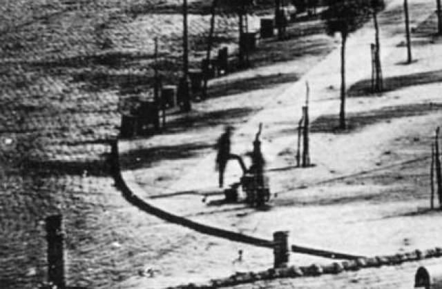 Для того, чтобы установить выдержку, понадобились семь минут. Все это время парижанин стоял и ждал своей очереди. В результате он стал первым человеком в истории фотографии, попавшим на снимок. Но несмотря на это о нем ничего не известно.