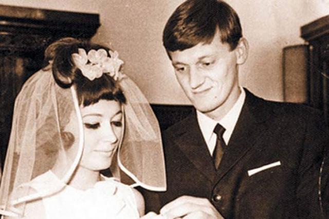Алла Пугачева и Миколас Орбакас через пару недель после знакомства отправилась на гастроли, а вернувшись стали жить вместе. Именно на этой свадьбе Примадонна единственный раз надела фату.