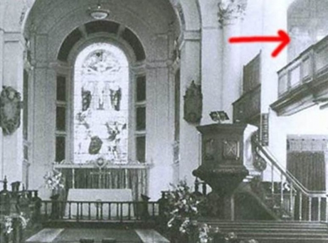 В 1982 году фотограф Крис Брекли делал снимки интерьера церкви святого Ботольфа в Лондоне. На верхнем этаже церкви, в правом верхнем углу фотографии четко видна полупрозрачная фигура, по форме напоминающая очертания девушки.