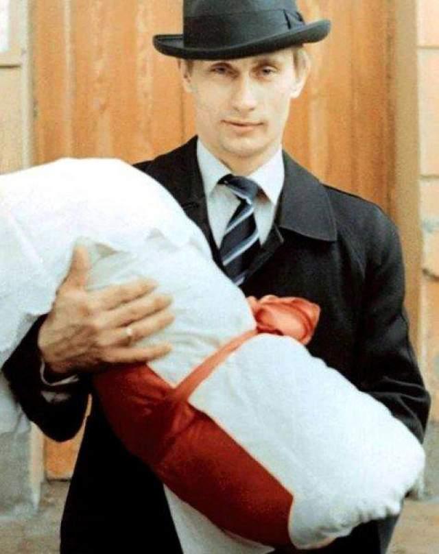 Ухаживания длились три года, после чего, в 1983, пара расписалась. На фото: Владимир Путин со старшей дочерью Марией в 1985 году.