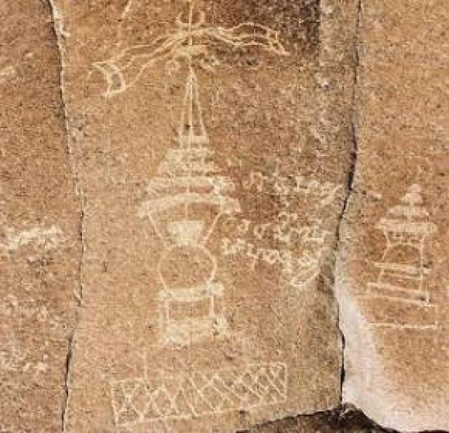 Некогда в этих местах существовала высокоразвитая индская цивилизация. Именно от нее остались эти древние изображения, высеченные на камнях.